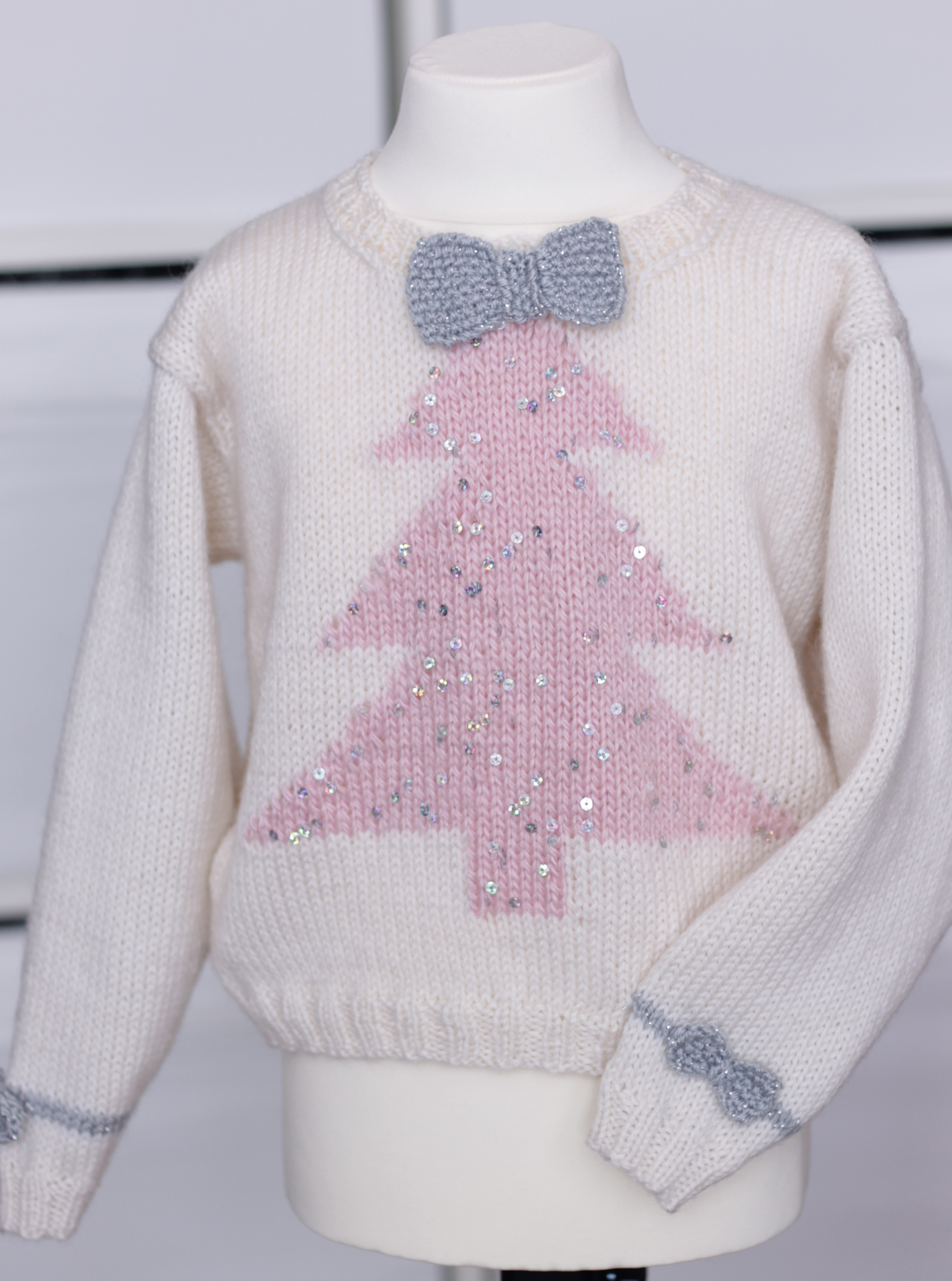 Women's Christmas Jumpers Welcome in the xmas season by wrapping up in everybody's festive favourite: the Christmas jumper. No winter wardrobe is complete without a sprinkling of classic fair isle and, of course, a novelty knit to channel your inner child.